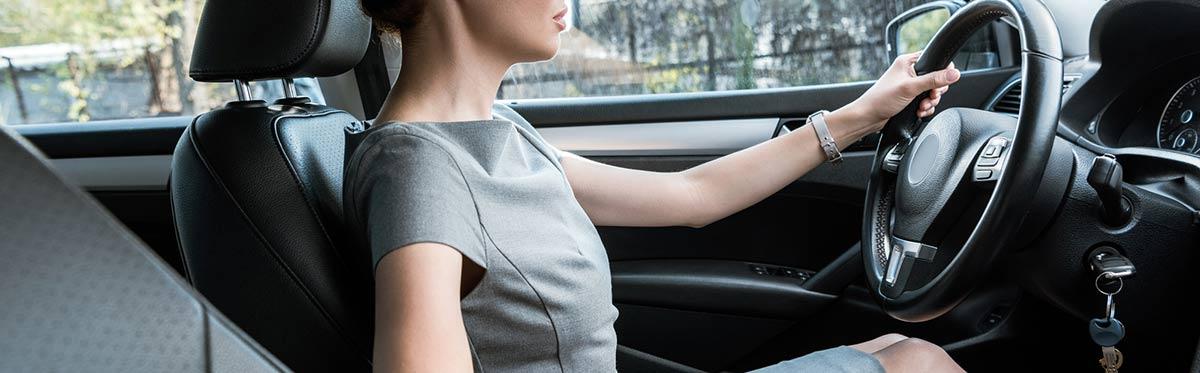 Frau fährt Auto